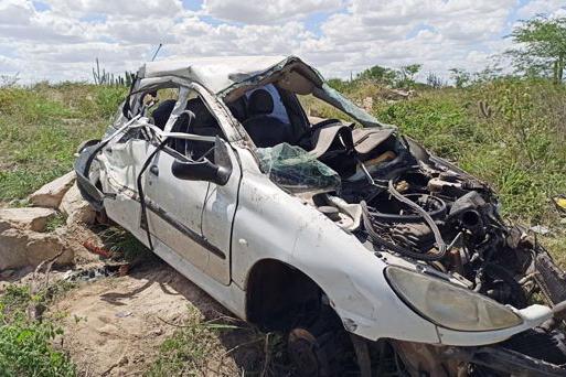 Motorista de 61 anos sai ileso em grave acidente na Bahia; carro capotou na BA-120