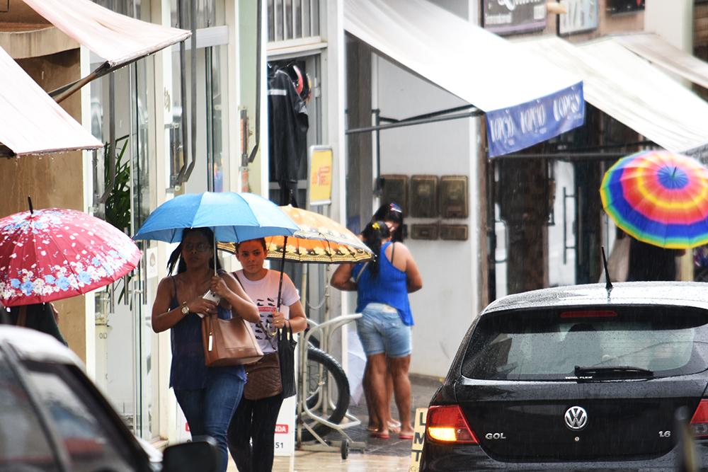 Com menos intensidade chuva se manteve durante a madrugada e já chove há mais de 12 horas no cidade. Foto: Aloísio Costa (Arquivo).