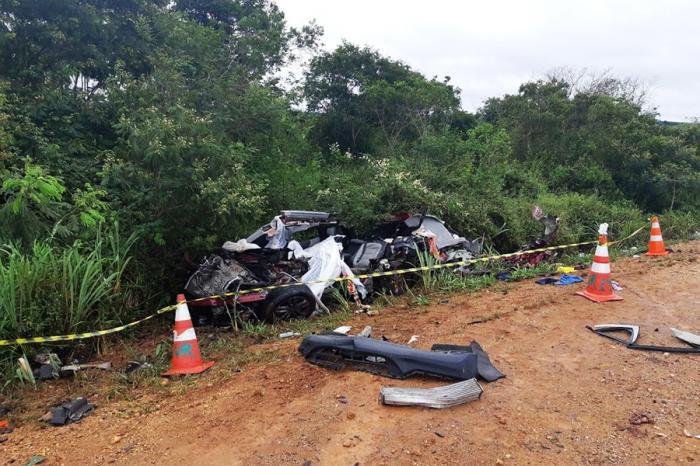 Batida entre carro e caminhão deixa mortos no sudoeste da Bahia; veículo ficou destruído — Foto: Divulgação/PRF
