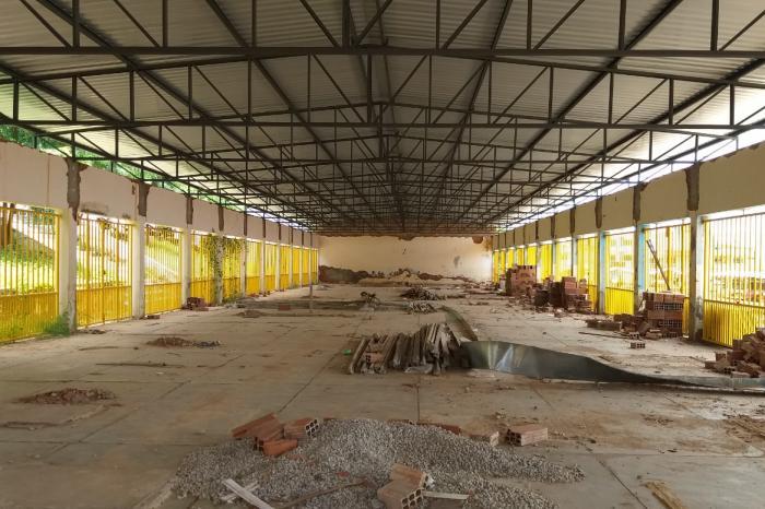 Mais de um ano após desabamento e obras de reconstrução do Mercado Municipal ainda não foram concluídas. Foto: Aloísio Costa.