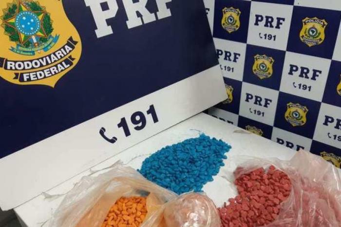 Homem foi preso com comprimidos de ecstasy em ônibus no sudoeste da Bahia — Foto: Polícia Rodoviária Federal/Divulgação