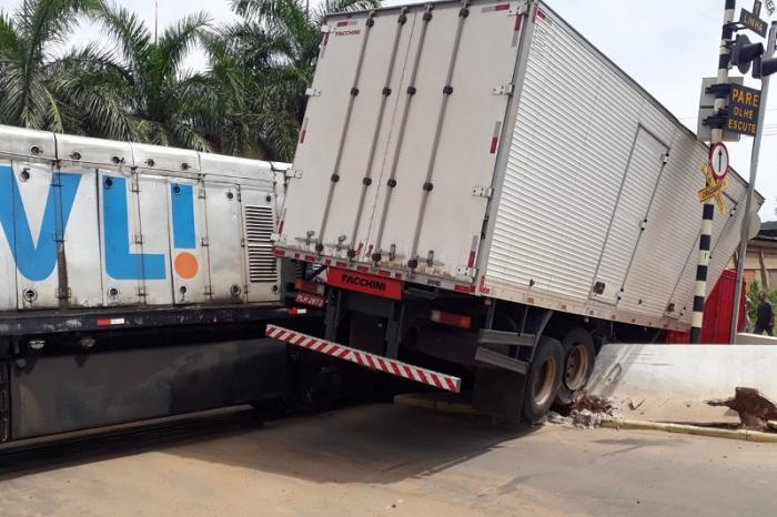 O motorista do caminhão, identificado como Milson Lima Silva, de 37 anos, teve ferimentos leves e foi socorrido pelo Serviço e Atendimento Móvel de Urgência (SAMU).