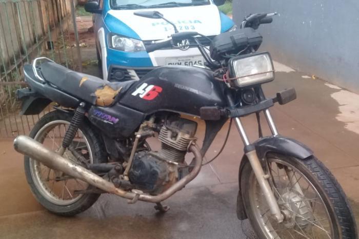 O indivíduo foi localizado na cidade de Licínio de Almeida, e identificado pelos trajes e pela motocicleta usada na hora do crime.