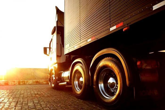 Empresa exige CNH categoria D, experiência como motorista e disponibilidade para viagens.