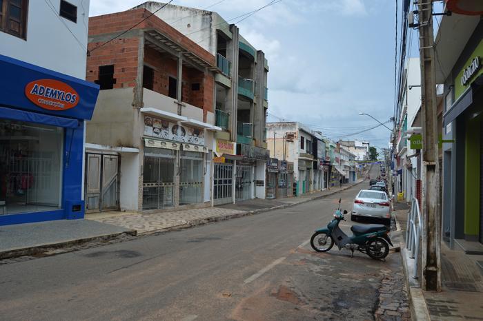 Principal avenida da cidade n atarde desta segunda-feira (23). Suspensão deve ser mantida até o dia 06 de abril. Foto: Aloísio Costa.