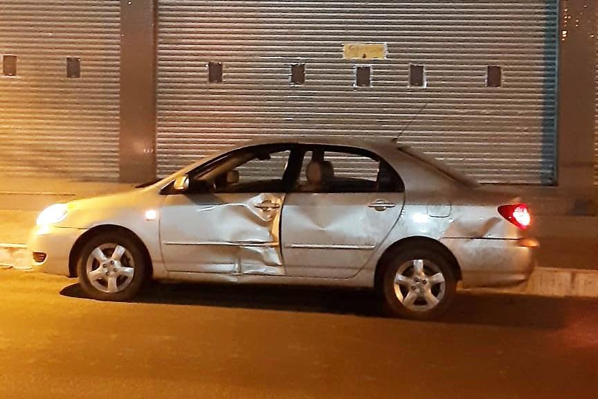 Lateral do veículo ficou bastante destruída com o impacto da batida.
