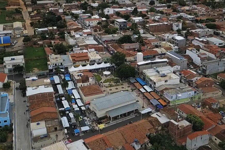A feira-livre em Guajeru acontece sempre às segundas-feira na Praça Deoclides Pereira Dias. Foto: ASCOM/Governo de Guajeru.