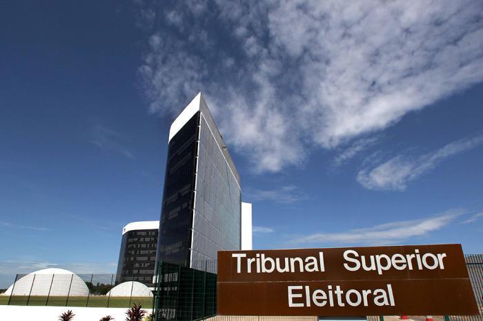 O Tribunal Superior Eleitoral (TSE) afirmou que está monitorando a evolução do cenário para eventuais reavaliações e garantiu a manutenção das atividades essenciais à realização do pleito municipal em outubro.