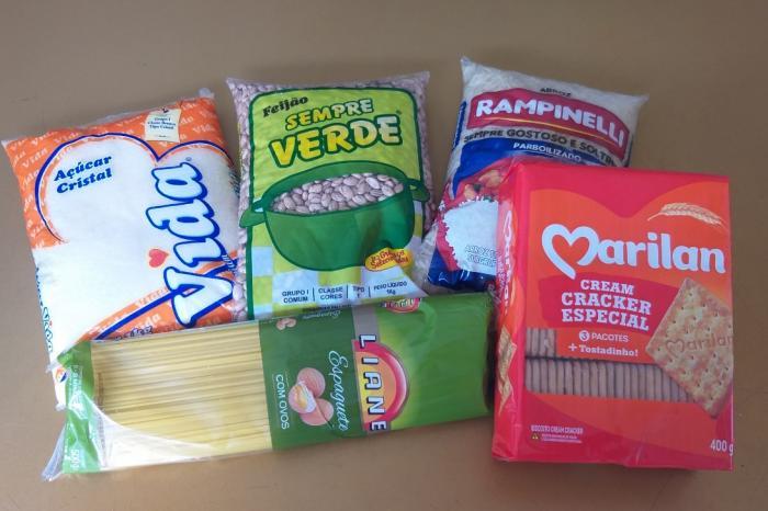 A maioria dos alunos receberá um kit com 1 kg de arroz, 1 kg de feijão, 1 kg de açúcar, 1 pacote de macarrão 500g e 1 pacote de biscoito.