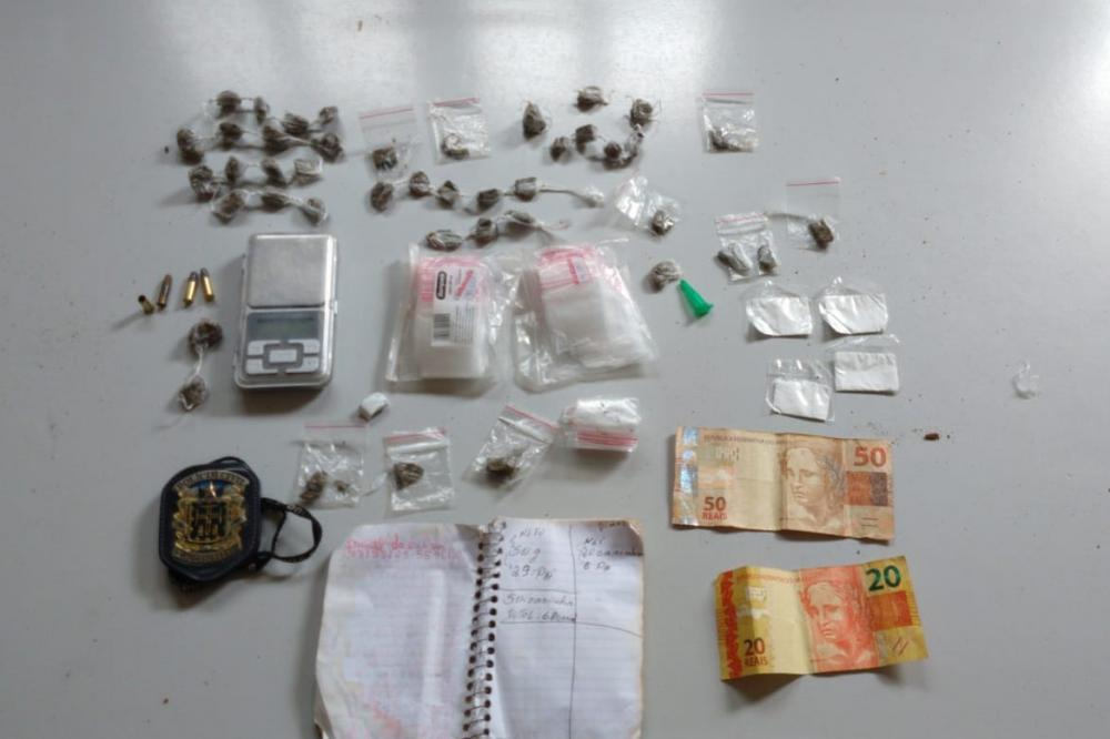 Policiais Civis da DT de Condeúba aprenderam na casa do suspeito, 44 petecas de maconha, 04 trouxinhas de cocaína, uma balança de precisão, uma caderneta contábil do tráfico de drogas, algumas munições, entre outras coisas, que estavam enterrados no quint