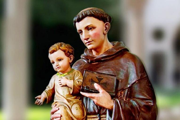O santo português ganhou fama de ser casamenteiro, pois em certa ocasião intercedeu por uma jovem que teria conseguido fazer um ótimo casamento, é muito popular também por ser o santo das coisas perdidas.