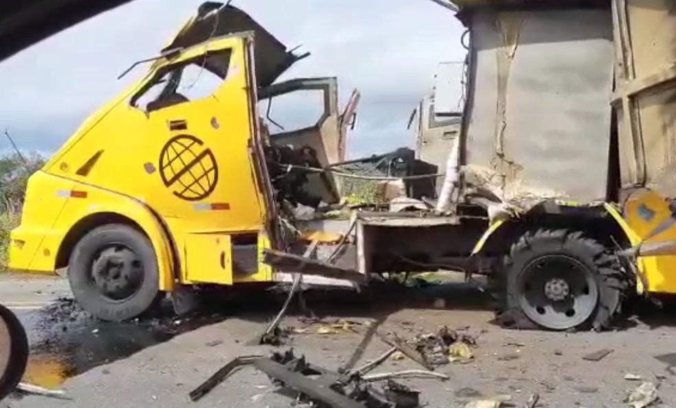 Criminosos explodem carro-forte na BR-235, no norte da Bahia — Foto: Reprodução/Redes Sociais.